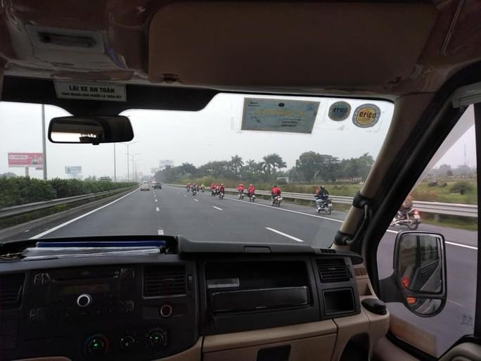 Nhóm phượt hàng chục xe máy phóng ào ào trên cao tốc - Ảnh 2.