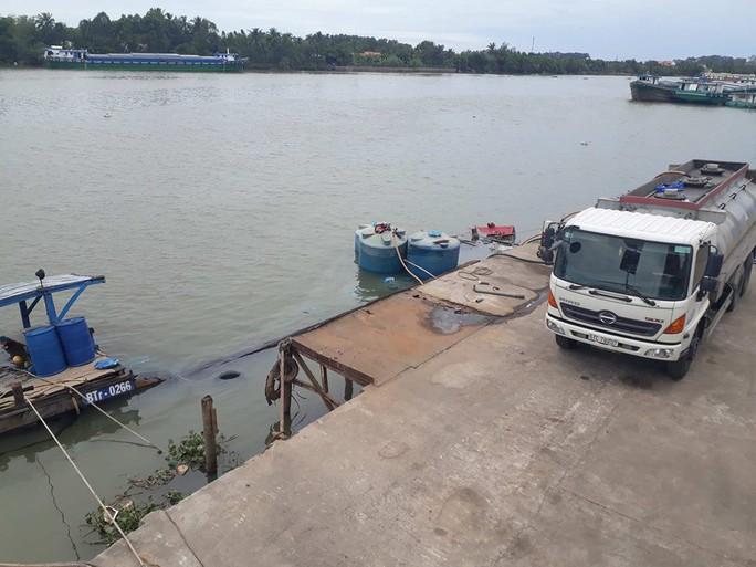 Thuyền chở hàng chục tấn hóa chất chìm trên sông Đồng Nai - Ảnh 1.