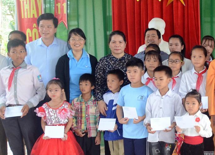Đoàn đại biểu Quốc hội TP HCM thăm, tặng quà tại 2 huyện miền núi tỉnh Nghệ An - Ảnh 2.