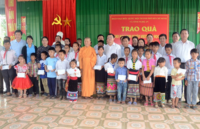 Đoàn đại biểu Quốc hội TP HCM thăm, tặng quà tại 2 huyện miền núi tỉnh Nghệ An - Ảnh 1.