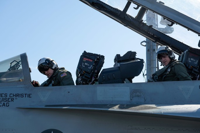 Cận cảnh cuộc tập trận chung của 2 tàu sân bay Mỹ trên biển Philippines - Ảnh 4.