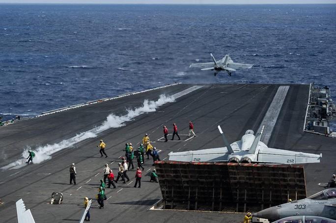 Cận cảnh cuộc tập trận chung của 2 tàu sân bay Mỹ trên biển Philippines - Ảnh 5.