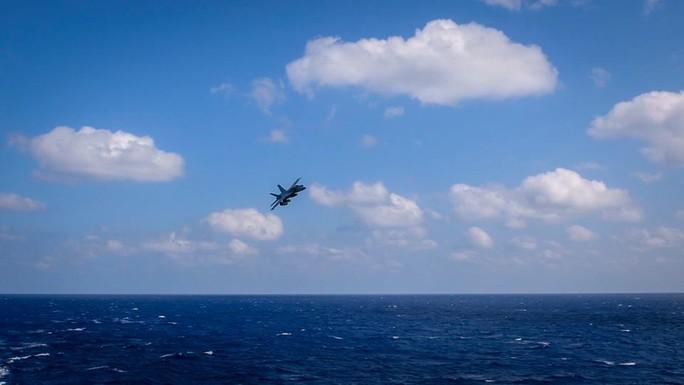 Cận cảnh cuộc tập trận chung của 2 tàu sân bay Mỹ trên biển Philippines - Ảnh 6.