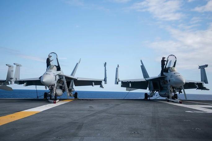 Cận cảnh cuộc tập trận chung của 2 tàu sân bay Mỹ trên biển Philippines - Ảnh 7.