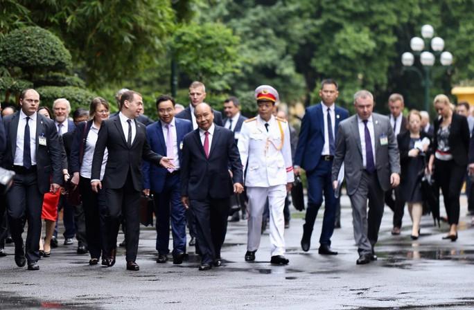 Cận cảnh lễ đón Thủ tướng Nga Dmitry Medvedev tại Phủ Chủ tịch - Ảnh 5.