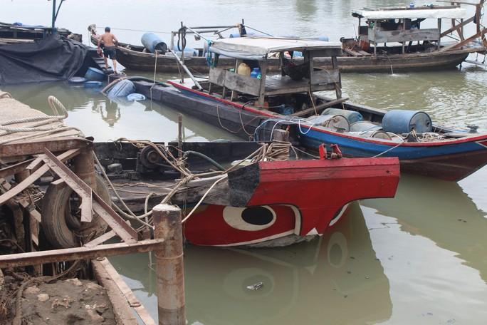 Ớn lạnh với chiếc thuyền chở hóa chất chìm trên sông Đồng Nai - Ảnh 2.