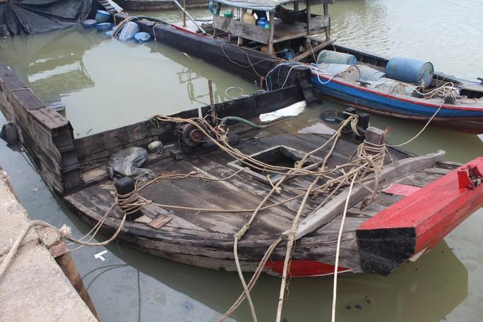 Ớn lạnh với chiếc thuyền chở hóa chất chìm trên sông Đồng Nai - Ảnh 3.