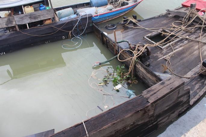 Ớn lạnh với chiếc thuyền chở hóa chất chìm trên sông Đồng Nai - Ảnh 1.