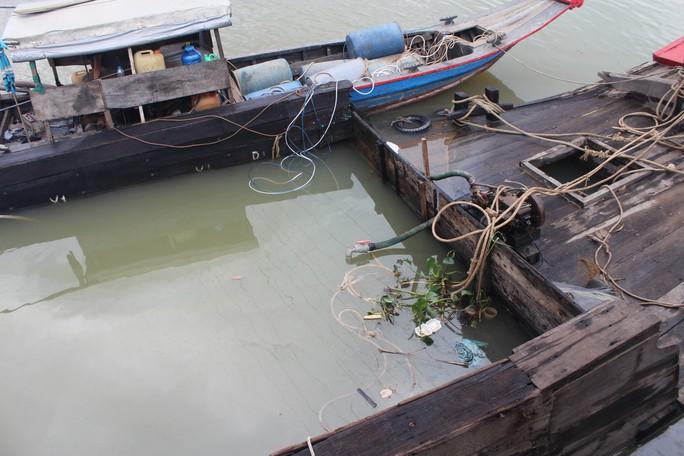Ớn lạnh với chiếc thuyền chở hóa chất chìm trên sông Đồng Nai - Ảnh 5.
