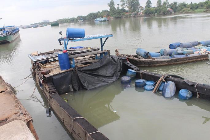 Ớn lạnh với chiếc thuyền chở hóa chất chìm trên sông Đồng Nai - Ảnh 6.