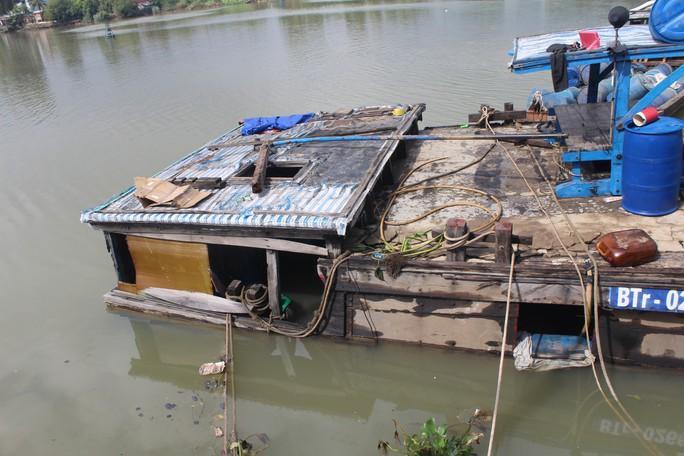 Ớn lạnh với chiếc thuyền chở hóa chất chìm trên sông Đồng Nai - Ảnh 7.