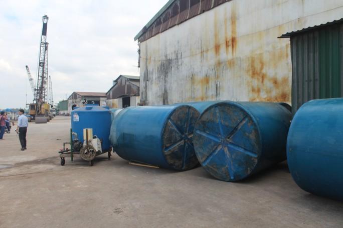 Ớn lạnh với chiếc thuyền chở hóa chất chìm trên sông Đồng Nai - Ảnh 9.