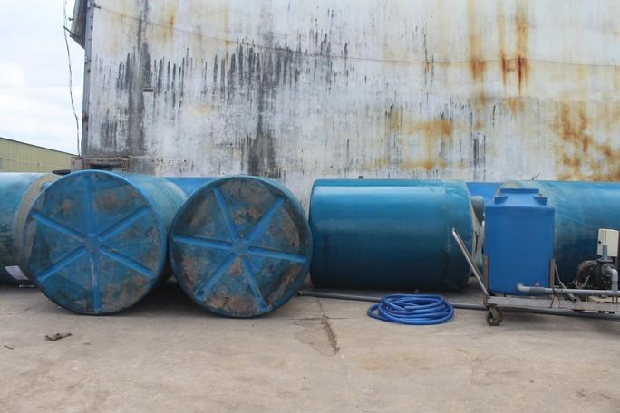 Ớn lạnh với chiếc thuyền chở hóa chất chìm trên sông Đồng Nai - Ảnh 11.