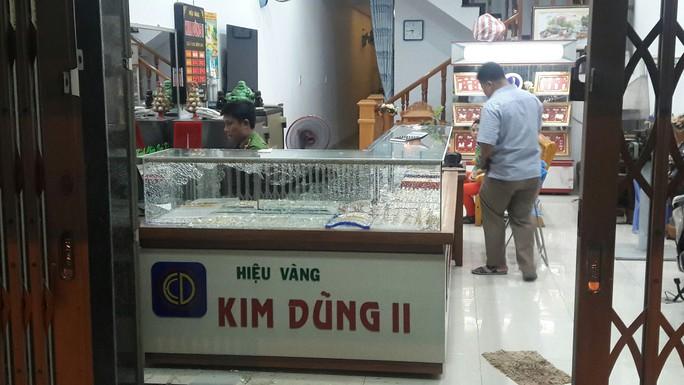 Nam thanh niên táo tợn cướp tiệm vàng ở Quảng Nam - Ảnh 4.