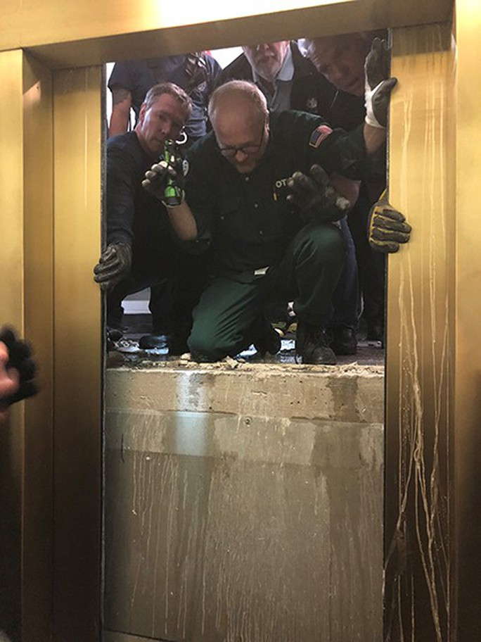 Mỹ: Thang máy rơi tự do 84 tầng, thai phụ không hề hấn gì - Ảnh 1.