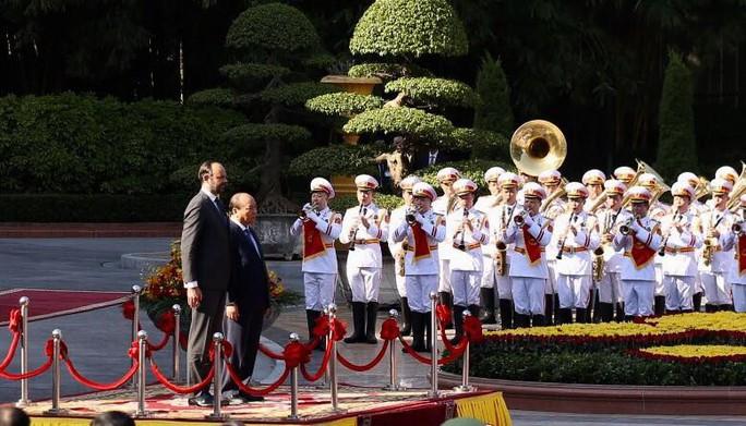 Thủ tướng Pháp bắt đầu thăm chính thức Việt Nam - Ảnh 3.