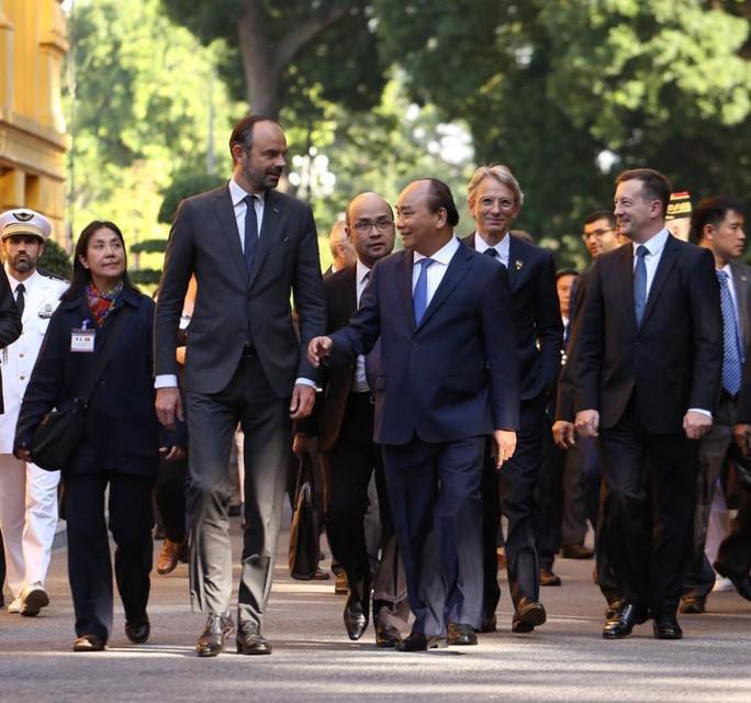 Thủ tướng Pháp bắt đầu thăm chính thức Việt Nam - Ảnh 6.
