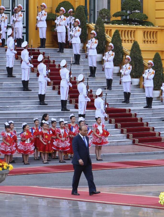 Thủ tướng Pháp bắt đầu thăm chính thức Việt Nam - Ảnh 2.