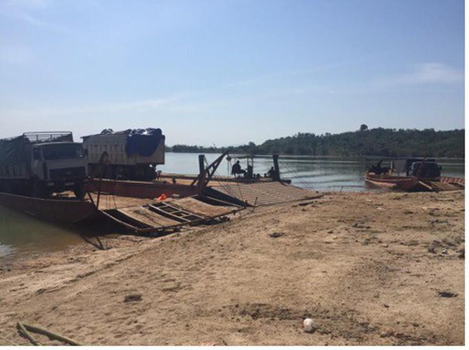Bắt 3 xe tải chở gỗ lậu giữa ban ngày - Ảnh 1.