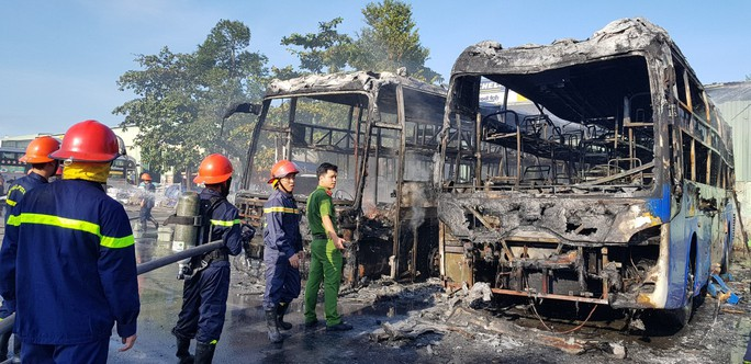 2 xe khách ở bến xe Trung tâm Đà Nẵng bị cháy trơ khung - Ảnh 3.