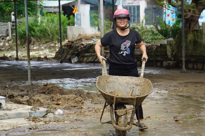 Nha Trang: Thầy cô đón 20-11 trong bùn, người chết vẫn tăng - Ảnh 5.