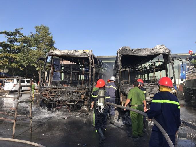 2 xe khách ở bến xe Trung tâm Đà Nẵng bị cháy trơ khung - Ảnh 1.