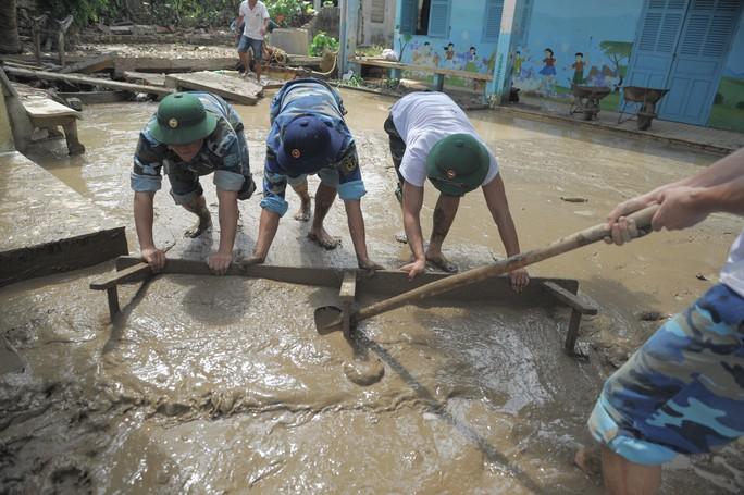 Nha Trang: Thầy cô đón 20-11 trong bùn, người chết vẫn tăng - Ảnh 10.