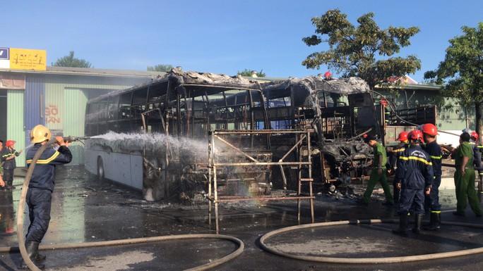 2 xe khách ở bến xe Trung tâm Đà Nẵng bị cháy trơ khung - Ảnh 2.