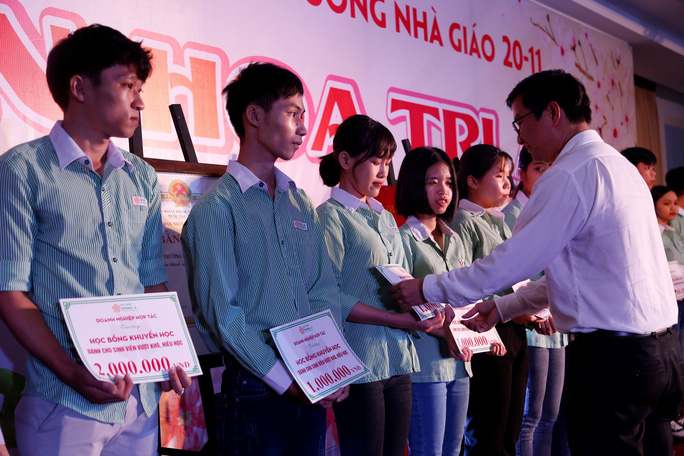 Đại học Đông Á đón nhận Cờ thi đua của Bộ GD&ĐT - Ảnh 2.