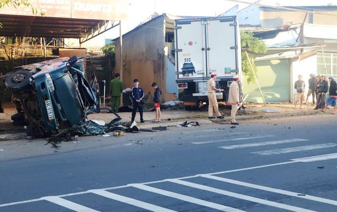Hai xe tải đối đầu, 1 phụ nữ mang thai 8 tháng văng ra khỏi cabin - Ảnh 1.