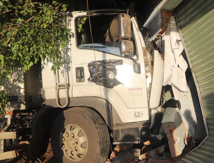 Hai xe tải đối đầu, 1 phụ nữ mang thai 8 tháng văng ra khỏi cabin - Ảnh 3.