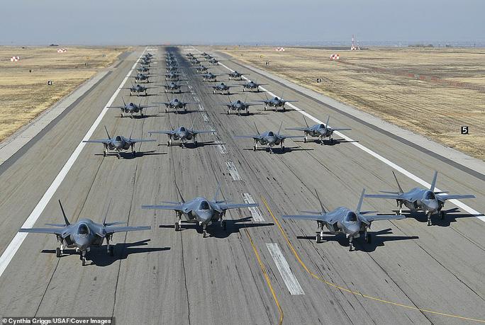 """Mỹ khoe cảnh 35 chiếc F-35 """"Tia chớp"""" xuất kích liên tiếp trong 11 phút - Ảnh 2."""
