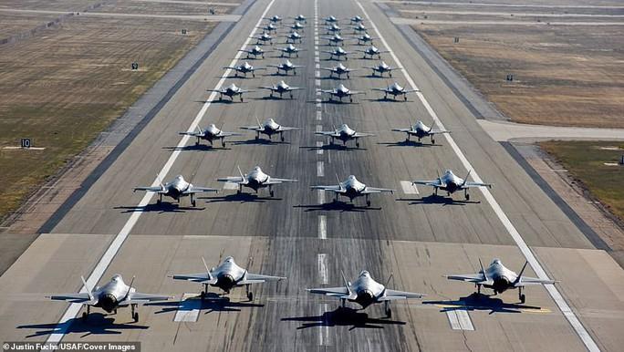 """Mỹ khoe cảnh 35 chiếc F-35 """"Tia chớp"""" xuất kích liên tiếp trong 11 phút - Ảnh 1."""