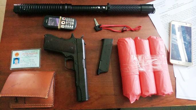 Khởi tố kẻ dùng súng xông vào quỹ tín dụng để cướp tiền - Ảnh 2.