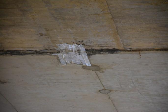 Lột băng keo chống thấm khỏi hầm chui đường cao tốc để tránh hiểu nhầm - Ảnh 2.