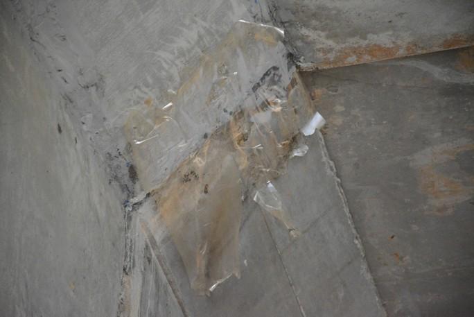 Lột băng keo chống thấm khỏi hầm chui đường cao tốc để tránh hiểu nhầm - Ảnh 1.