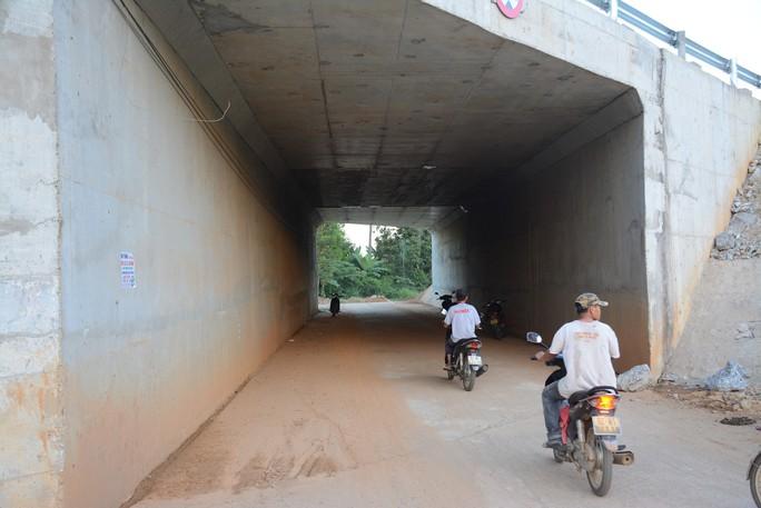 Lột băng keo chống thấm khỏi hầm chui đường cao tốc để tránh hiểu nhầm - Ảnh 3.