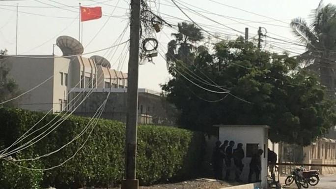 Pakistan: Lãnh sự quán Trung Quốc bị tấn công, 7 người chết - Ảnh 1.