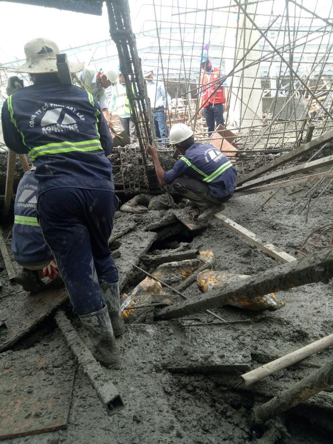 Sập sàn bê tông, 1 công nhân chết, nhiều người bị chôn vùi - Ảnh 2.