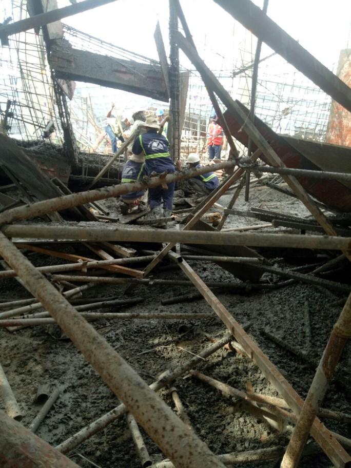 Sập sàn bê tông, 1 công nhân chết, nhiều người bị chôn vùi - Ảnh 3.