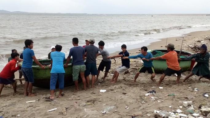 Ninh Thuận tất bật ứng phó với bão số 9 - Ảnh 2.