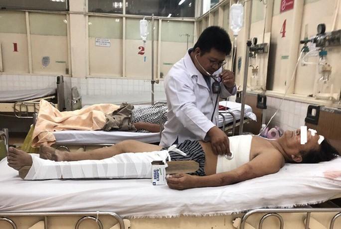Đau khổ người đàn ông bán hủ tiếu bị gãy 4 xương sườn do sập giàn giáo - Ảnh 1.