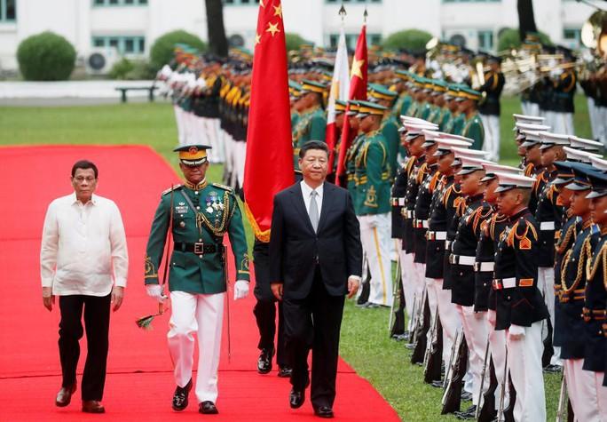 Sau chuyến thăm của ông Tập, Philippines nhận cảnh báo sét đánh về tiền Trung Quốc - Ảnh 1.