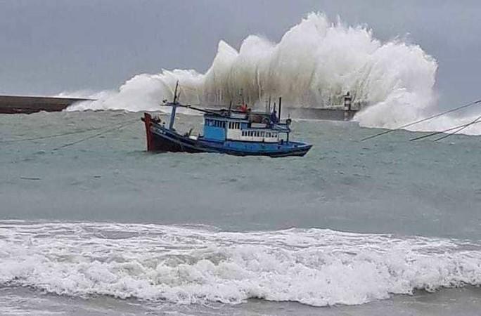 Thót tim với sóng cao ngất đập vào Phú Quý trước khi bão số 9 vào - Ảnh 1.