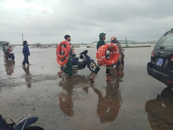 Thót tim với sóng cao ngất đập vào Phú Quý trước khi bão số 9 vào - Ảnh 2.