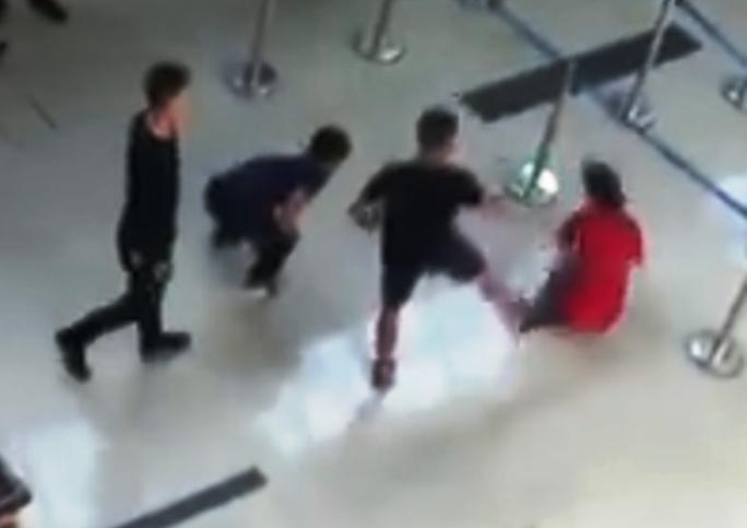 Nữ nhân viên hàng không bị nam thanh niên tát, đạp ngã tại sân bay Thọ Xuân - Ảnh 2.