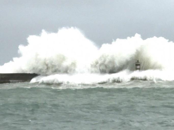 Khuya nay, bão số 9 sẽ đổ bộ từ Bình Thuận đến Bến Tre - Ảnh 1.