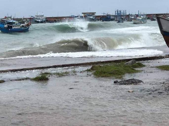 Thót tim với sóng cao ngất đập vào Phú Quý trước khi bão số 9 vào - Ảnh 3.