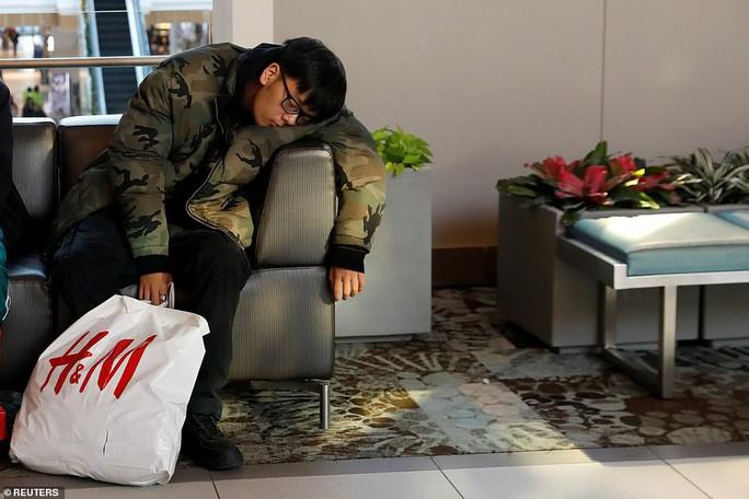 """Chen lấn, ẩu đả và đổ máu """"săn"""" hàng giảm giá dịp Black Friday - Ảnh 6."""
