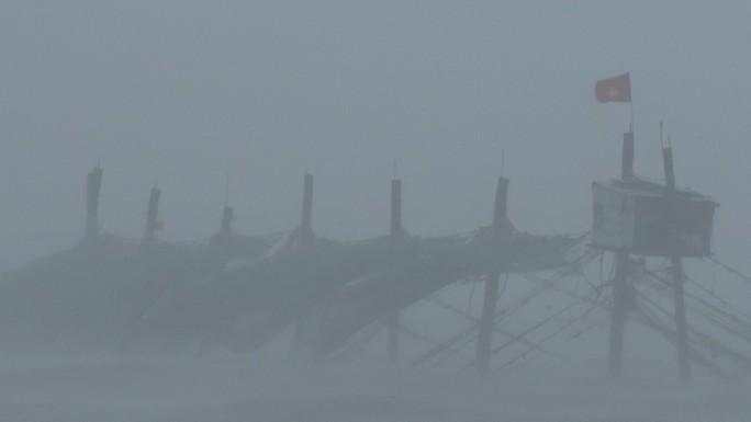 Bão số 9 đã vào Bà Rịa - Vũng Tàu, mưa rất to, cây ngã đổ, tàu chìm - Ảnh 4.